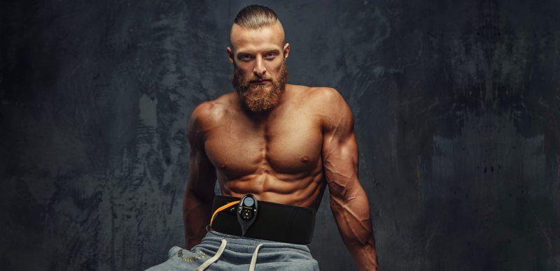 homme athletique travail abdos avec ceinture