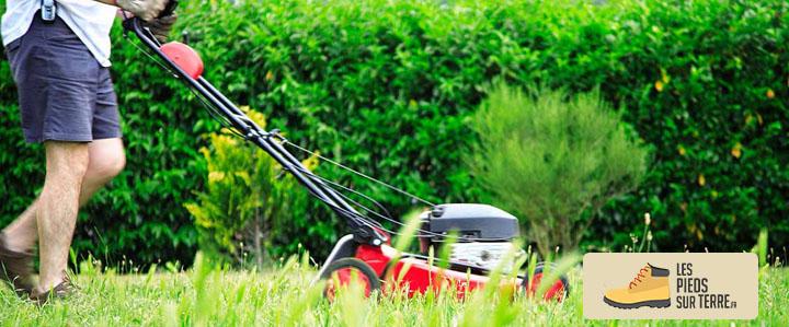 homme tondant la pelouse avec la meilleure tondeuse thermique du marché